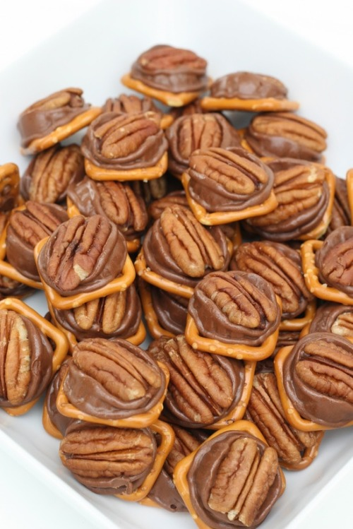 weeheartfood:  Pretzel + Rolo + Pecan = A Delicious Sweet & Salty Snack  mmm. look at them all