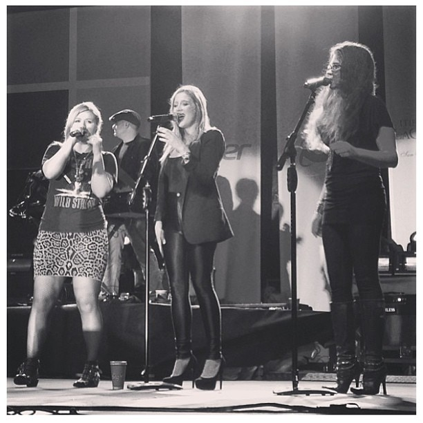LOOOVE that Jessi Collins is singing with @kellyclarkson! Photo cred to @ryan0549 #music #kellyclarkson