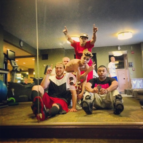 mikeposnerhits:  jdbupdates: @alfredoflores: Gym Flow | @justinbieber @mikeposner @maejorali  PHOTO: Mike Posner with Justin Bieber, Bei Maejor, and others at the gym.