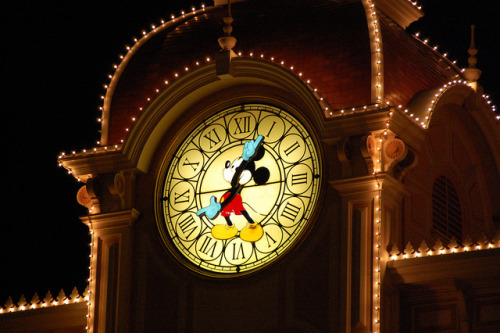 thedisneyhashtag:  whateveryouwishforyoukeep:  mickey clock over entrance by Dunleavy Family on Flickr.  I want one