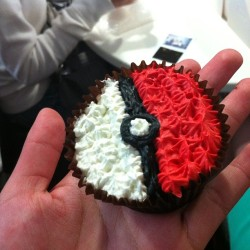 Jewel's amazing decorating skills #pokeball #cupcake #pokemon  (at Movenpick Mission Bay)