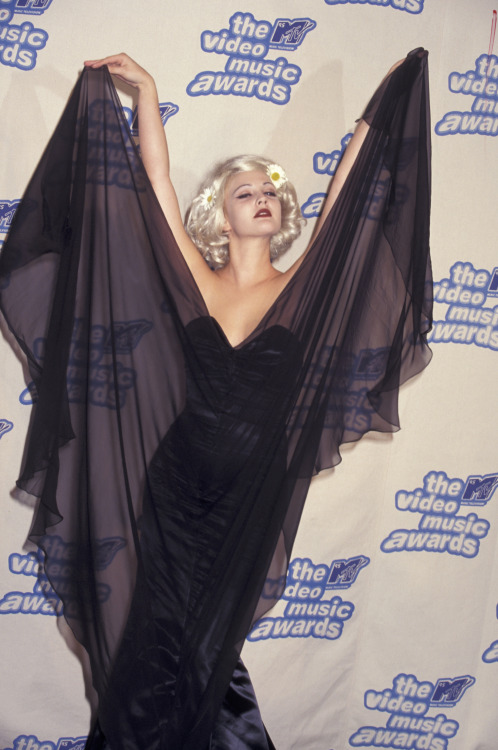 mallbats:  suicideblonde:  Drew Barrymore at the 1995 MTV Video Music Awards  princess