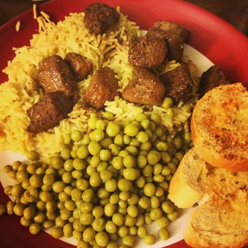 Spicy marinated beef cubes and peas over rice and cheesy bread. #nom #cook #dinnertime