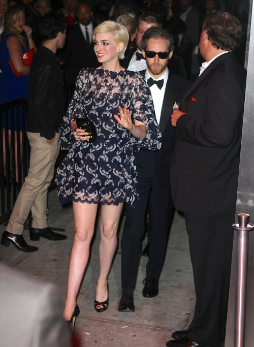 suicideblonde:  Anne Hathaway going to the Met Gala After Party at the Standard in NYC, May 6th  Te! Há' én ezt a leánygyermeket meghágnám