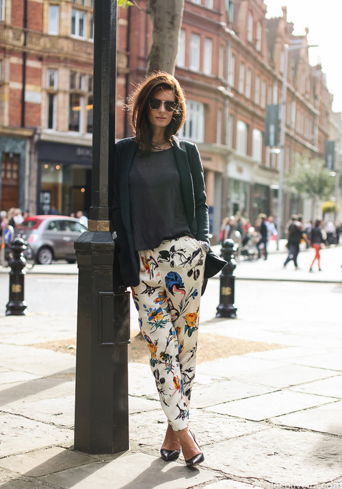 Printed pants look effortlessly cool in this street style look captured on the streets of Sloane Square in London. image via leeoliveira.com
