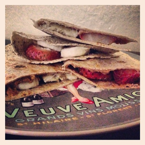 Banana, strawberry & peanut butter quesadilla on whole wheat tortilla. I think my Mexican ancestors are cringing because I'm calling it a quesadilla. Where's the cheese? 6PP+ #weightwatchers #healthyeats #eatclean