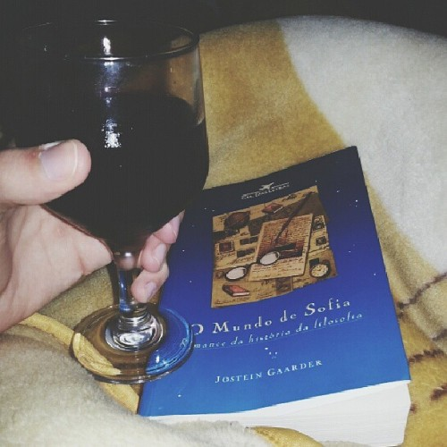 Chuva lá fora, um vinho, um livro e um sábado de insônia.  #insomnia #book #drink #saturday #night #philosophy #JosteinGaarder (em Hachmann's House)
