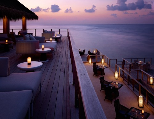 housesanddesign:  Outdoor dining at Dusit Thani Maldives