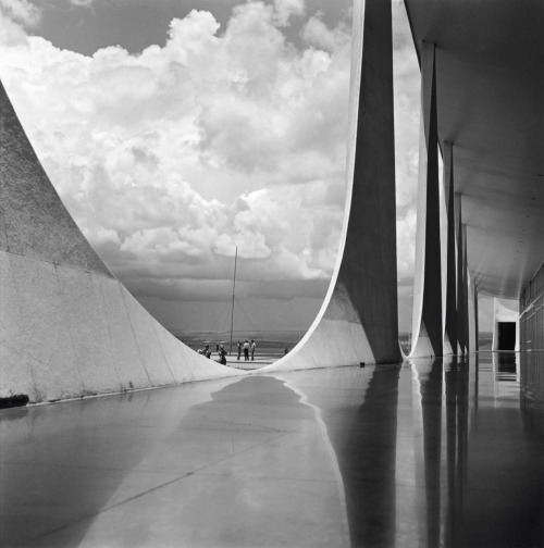 texturality:  Oscar Niemeyer, Brazilia Construction. Photo by Marcel Gautherot ©