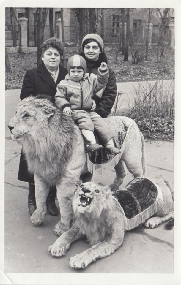 photo with lions by unknown photograper #ussr#soviet#soviet union#Soviet life#soviet childhood#daily life#photography#ссср#русский tumblr#русский тамблер#русский блог#русский пост#vernacular photography