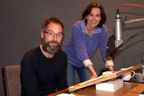 Джереми Нортэм, с автором Мишель брусчатка, при работе на аудиокниги темной материи.  Сентябрь 2010 года.  Благодарность моим друзьям в JN чат который определил это &quot;новое&quot; ПОС.  <img class=