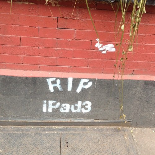 dpstyles:  East Village street art ain't so bullish on iPad vs iPad Mini  iPad-on-iPad violence. So street.