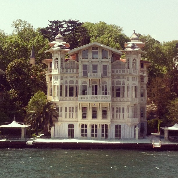 #theoneandonly #afifahmedpasha #waterfront #mansion #yenikoy #bosphorus #istanbul #architecture #alexandrevallaury #misbahmuhayyes #agathachristie #orientexpress  (Ahmet Afif Pasa Yalisi'da)