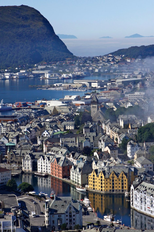 travelingcolors:  Ålesund | Norway (by vpunto)