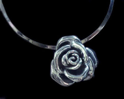 What would Sansa wear?As silver rose necklaceFor those who ship her with Wilas Tyrell