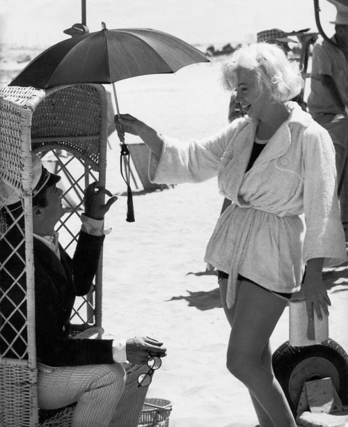 "lottereinigerforever:  Tony Curtis & Marilyn Monroe on the set of ""Some Like it hot"""