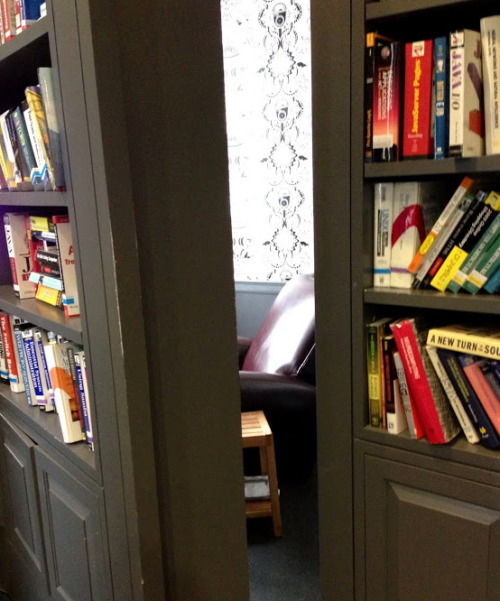 Google NYC's Secret Conference Rooms They're behind bookcases! So great. (via Betabeat)