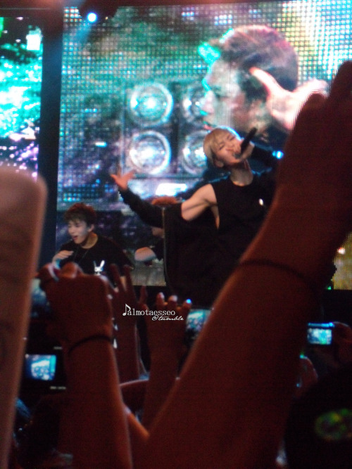 I know this is blurry but that is Zelo's arm. Zelo's beautiful, beautiful arm.