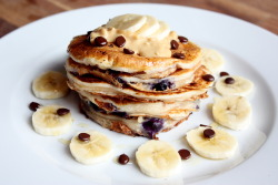 tobefre-ed:  Whole wheat banana blueberry pancaks with crunchy peanut butter, banana slices, dark chocolate drops and honey!