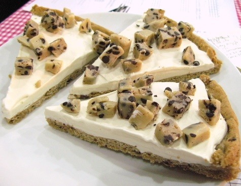 carry-on-my-wayward-butt:  alwayslookagain:  Cookie Dough Ice Cream Pizza  stop right now  Dx