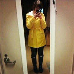 #sporting that #yellow #raincoat and #blue #hunterrainboots #hunterboots #happy #brunette #shorthair #hollygolightly #bella
