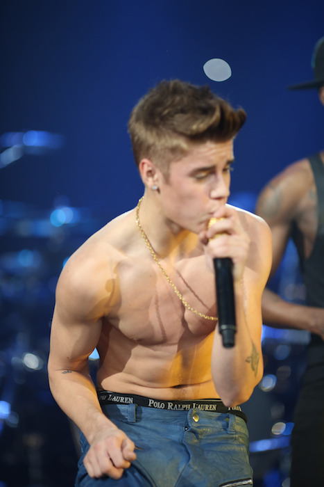 bieber-news:  Justin performing shirtless at B96 Pepsi Jingle Bash