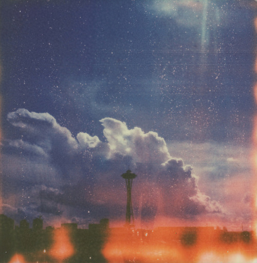 respicefinem:  Sun break over the Space Needle by poopoorama on Flickr.