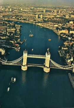 vintagenatgeographic:  The Thames bisects London as it flows past the Tower of London and under Tower Bridge National Geographic | October 1979