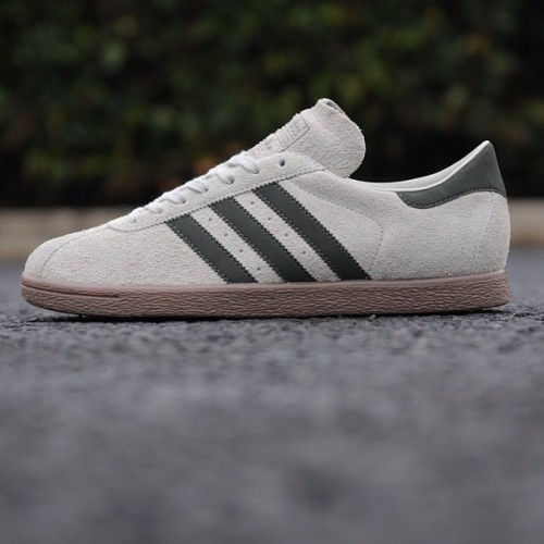 sizeofficial:  The adidas Originals Tobacco - size? exclusive Sesame/Fango has now been fully restocked online and in selected stores. #size #adidas #originals #tobacco #sesame #fango #exclusive #sizehq  (at product code: 088158)