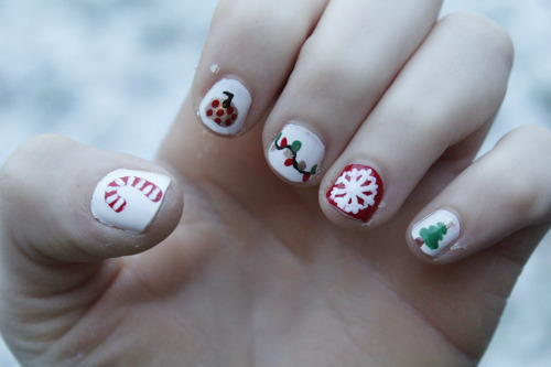 Yet another old christmas nail design :) I really got behind on updating this, sorry!