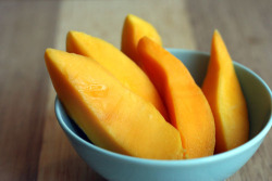 lomoraess:  staymotivatedloseweight:  yum in my tum     Mangos <3.