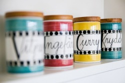 (vía Clay & Glass / Spice jars by Marianne Westman, photo hildagrahnat)