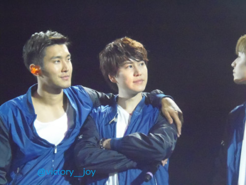 wonsugarkyub:  fuckyeahchoisiwon:  cr: victory__Joy  smirking Siwon arm draped over wifu: you do know who he belongs to confident Kyuhyun settled comfortably on hubby's arm: yeah. what he said
