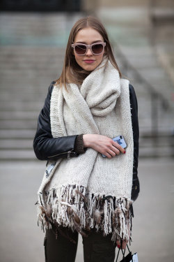thevoguewall:  That chunky scarf looks like the best adult blankie ;)!