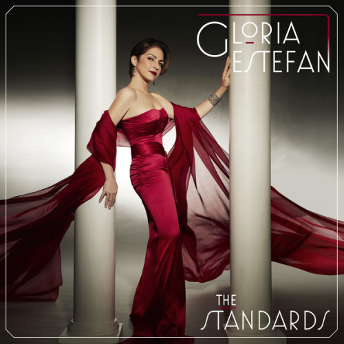 "A cantora Gloria Estefan divulgou hoje a capa de seu novo álbum, ""The Standards,"" que tem lançamento previsto para setembro. Neste lançamento, Gloria canta grandes clássicos da música com sua voz inconfundível. Incluindo ""Eu Sei Que Vou Te Amar,"" ""What A Wonderful World,"" ""The Way You Look Tonight,"" entre outras. Confira o tracklist abaixo:1. Good Morning Heartache2. They Can't Take That Away From Me3. What A Difference A Day Makes4. I've Grown Accustomed To His Face5. Eu Sei Que Vou Te Amar 6. The Day You Say You Love Me - Feat. Joshua Bell7. Embraceable You8. What A Wonderful World9. How Long Has This Been Going On - Feat. Dave Koz10. Sonríe (Smile) - Feat. Laura Pausini 11. The Way You Look Tonight - Feat. Dave Koz12. You Made Me Love You13. Young At Heart14. Sorridi15. Eu Sei Que Voy Te Amar 16. Natural Woman (Live Duet with Carole King) [Exclusivo no iTunes]"