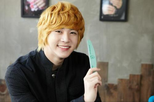 i-am-ur-aplus:  [STILL] THUNDER @ NAIL SHOP PARIS  He is so cute!!! I want him as my little brother!!
