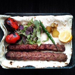 من اگر کامروا گشتم و خوشدل چه عجب؟ #kebab #kabab #lemon #bread #food #tomato #pickle #cucumber #persian #iranian #iran #delish #delicious #lunch #basil #red #yellow #green