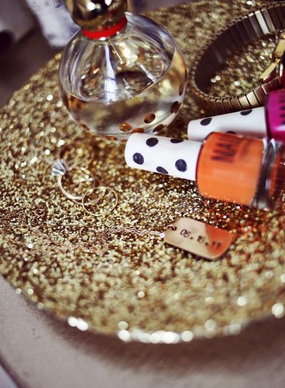 scissorsandthread:  Gold Glitter Tray | A Beautiful Mess Last year I was all about the glitter, well it looks like my glitter obsession has seeped into 2013. Who am I kidding, it will continue for the rest of my life! Haha! This is a super quick project that you can make in bulk if needed (maybe gifts or use for centre pieces?) or if you're just in a crafty mood and want to make something without a lot of mess and fuss.
