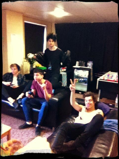 lirrystaynebro:  Harry playing xbox with 3/4 of 5SOS {x}