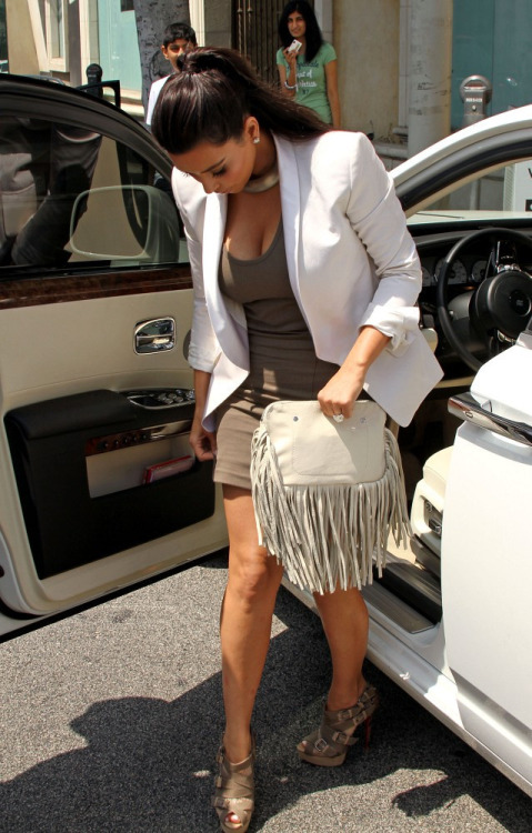 8/19/11: Kim picking up her wedding dress from Vera Wang.