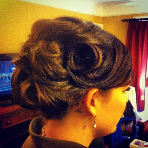 Vintage inspired Updo I did this morning. #renewhairsalon#vintage #updo#style#pincurls#weddinghair#lifeofahairstylist#aveda#beautybyveeluv#chicago#luvmyjob (at Carleton of Oak Park)