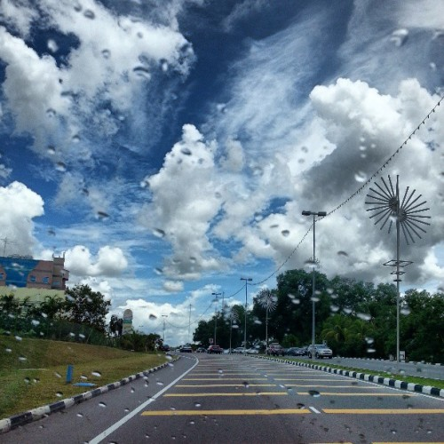 Midday light drizzle. #giwclouds #skyporn #clouds #gf_brunei #brunika #instabrudroid #brunei #scorching (at Goldmyne Hardware)