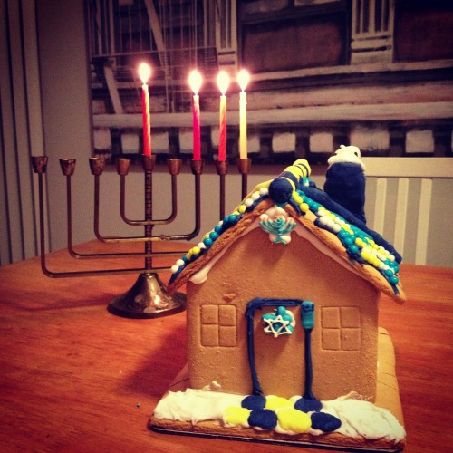 Delish Detector!- WIN $500- Manischewitz Chanukah House Decorating Contest Manischewitz is hosting a Chanukah House decorating contest on Facebook, with a $500 cash grand prize.  With only a few days left of this holiday, make sure you grab your kit soon and get decorating. Grab your family, grab your Chanukah House Decorating Kit and get-a-buildin'!  During your festival of lights, why not put your decorating skills in full gear and construct the most delish house. The kit comes with everything you'll need from sprinkles and cookies, to multicolored frostings, the only thing you provide is the creativity!
