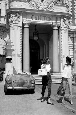 ontologiadelamoda:  Dorian Leigh y Suzy Parker en Cannes (1955).