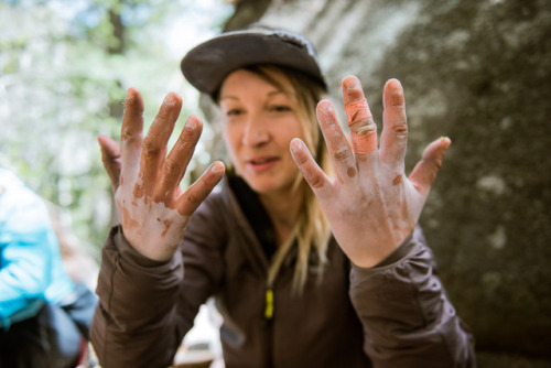 www.boulderingonline.pl Rock climbing and bouldering pictures and news Eating Tuna at the crag can leave your hands covered in olive...