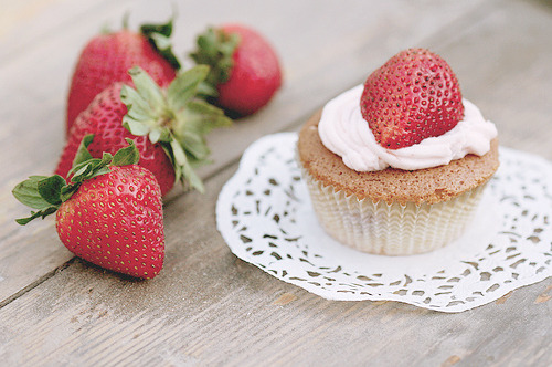cinnahearts:  Strawberry Cup Cake (by sayoor)