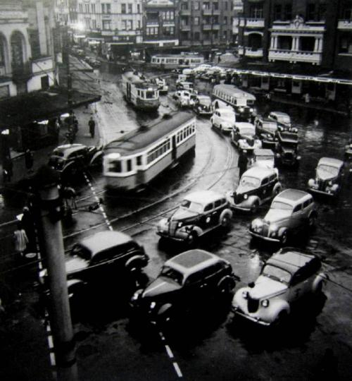 firsttimeuser:  Twilight Rush Hour - Kings Cross, 1938 by Max Dupain  TAKE ME BACK