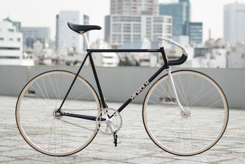 Fine, fine example of how to build a custom track steed. (via Kinfolk Track)