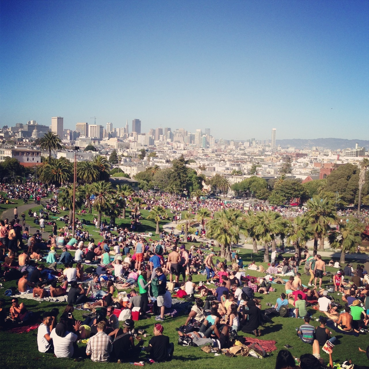 lovelovelove sunny days like these. everyone swarms to dolores park, with beer (and weed) in tow. i'll miss this if i were to move to nyc.