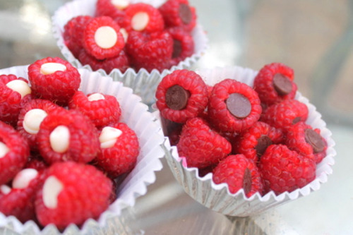 thecakebar:  Chocolate-stuffed Raspberries Tutorial